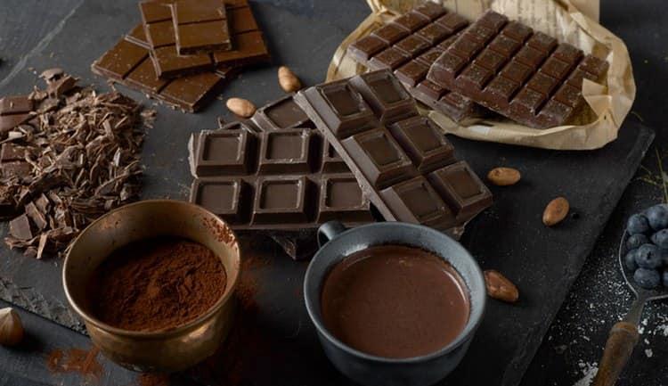 Еще одно, с чем пьют джин в домашних условиях, это обычный горький шоколад.