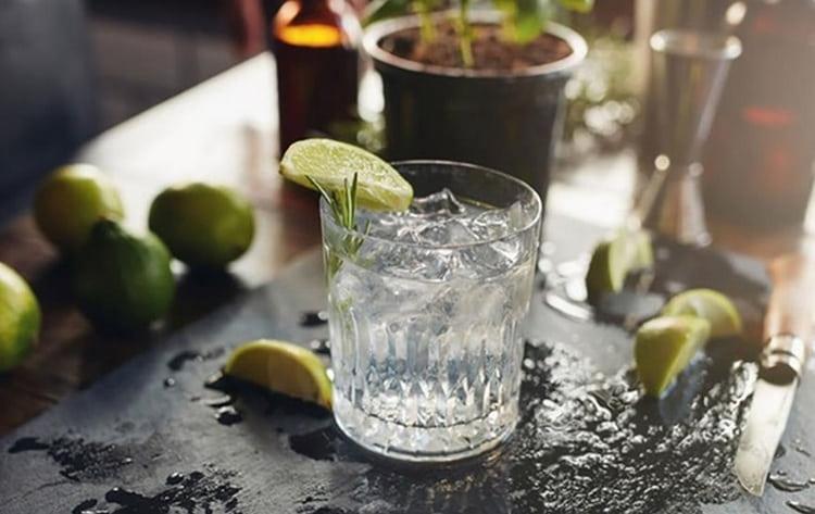 Самое простое, с чем можно пить джин White Lace, это лед.