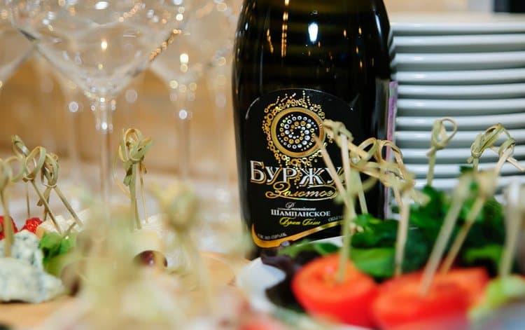 Игристое вино Буржуа станет прекрасным сопровождением праздничной трапезы.
