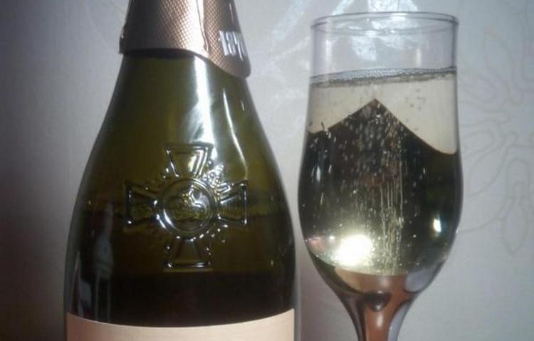 Игристое вино Лев Голицын принято подавать в традиционных бокалах для шампанского.