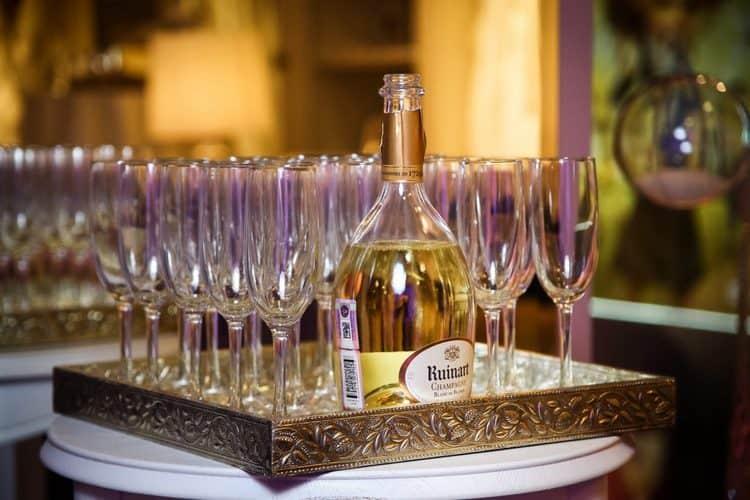 Подают напиток охлажденным, в классических бокалах для шампанского.