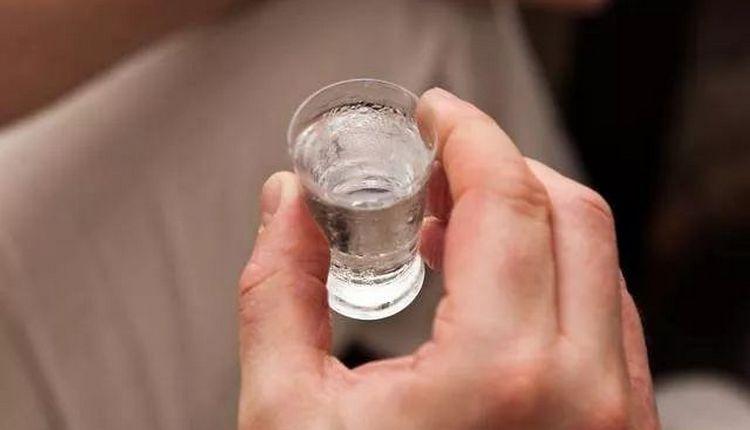 И самогон, и водка обычно обладают кристальной прозрачностью и чистотой.