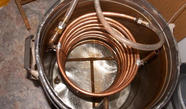 Для охлаждения самогонного аппарата без проточной воды можно использовать большое ведро или кастрюлю.