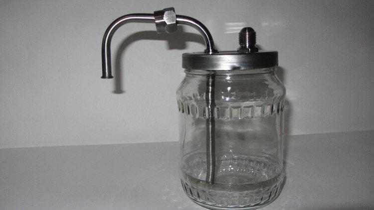 В самогонном аппарате без водяного охлаждения можно также использовать сухопарник.