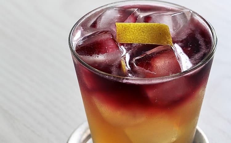 Большой популярностью пользуется коктейль Нью-Йорк сауэр,