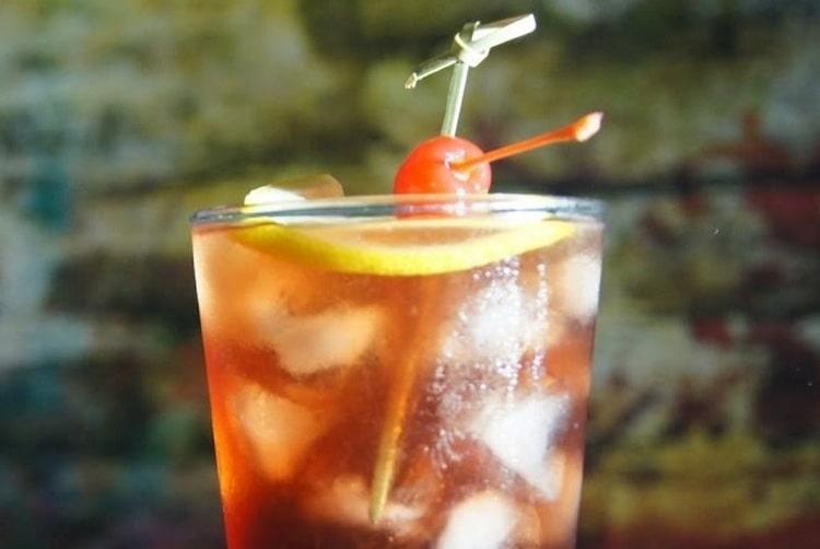 А коктейль whiskey sour это настоящая классика.