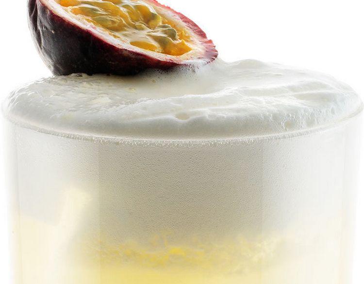 Сауэр микс можно разнообразить, используя для украшения коктейля экзотические фрукты.