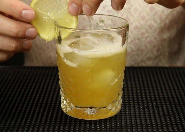 Для украшения такого коктейля можно также использовать лимонные слайсы.