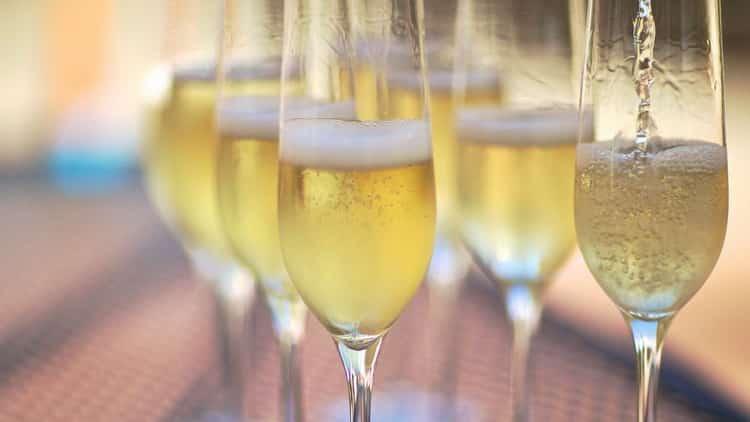 Как подавать игристое вино