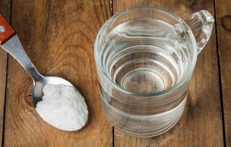 Как происходит очистка самогона содой
