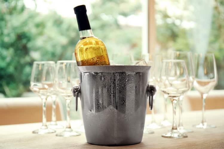 При какой температуре начинает замерзать вино