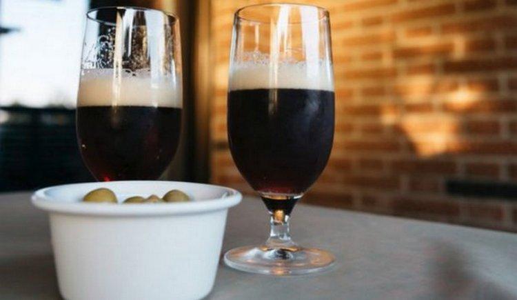 Если к светлым хмельным напиткам подходят легкие закуски типа снеков, то к темным подобает подбирать мясные нарезки, стейки и проч.