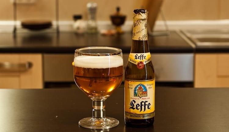 Огромной популярностью пользуется пиво Леффе блонд.