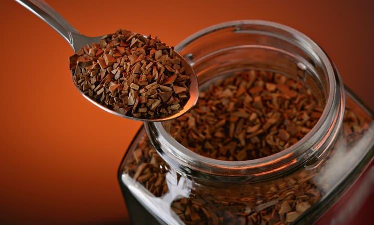 Многие добавляют в самогон растворимый кофе.