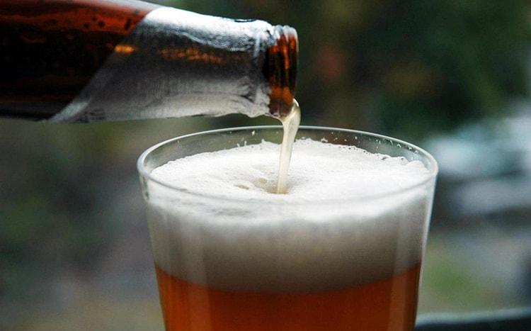 перед тем наливать пиво без пены, не забудьте охладить бокал.