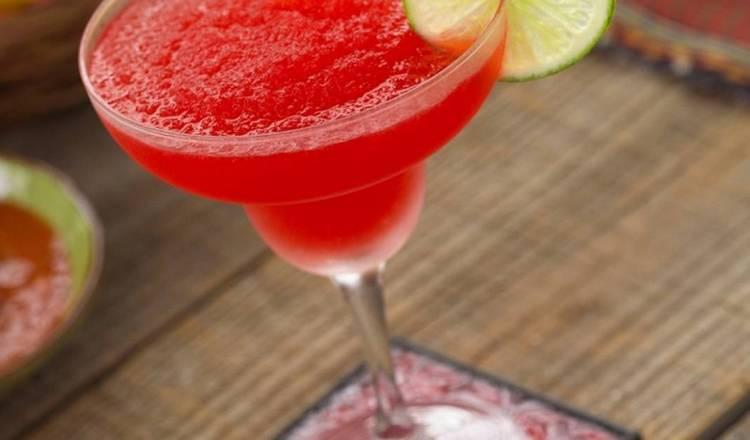Предлагаем вашему вниманию простой рецепт коктейля клубничная Маргарита.