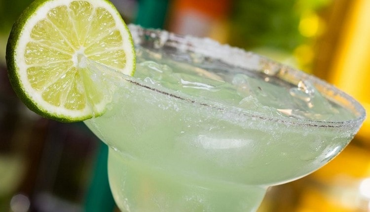 наверное, многим известен классический рецепт коктейля Маргарита, поэтому мы предлагаем приготовить его с клубникой.