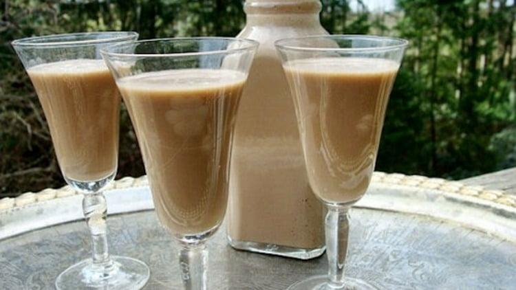 Очень быстро можно приготовить в домашних условиях молочный ликер со сгущенкой.
