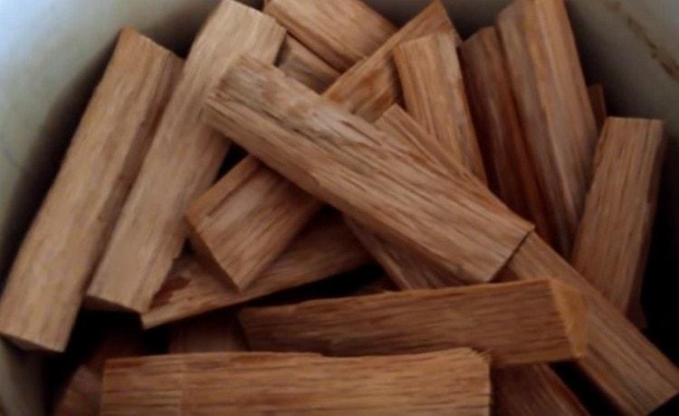 В рецепте крепких напитков из самогона в домашних условиях используется и дубовая щепа.