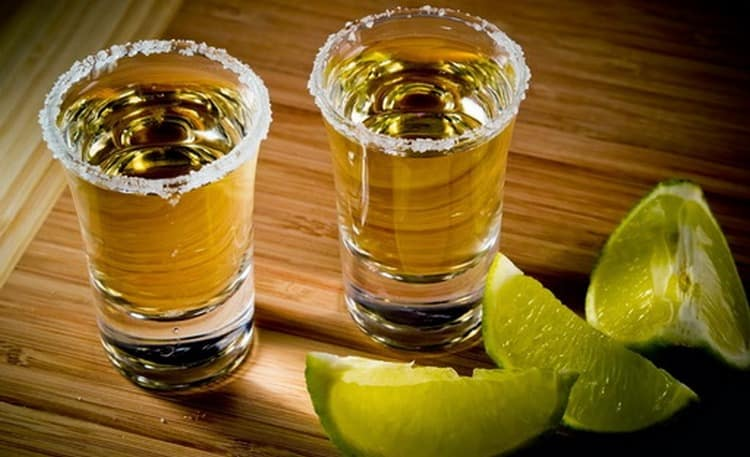 Такую домашнюю текилу пить можно традиционным способом.