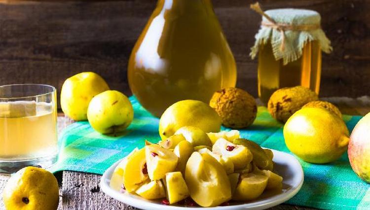 Настойку из айвы можно с легкостью приготовить в домашних условиях.