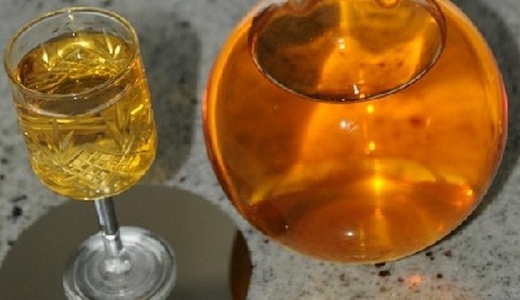 Настоять на айве можно не только самогон, но даже спирт.