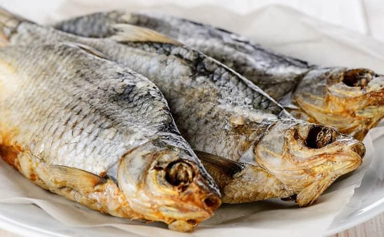 Многим нравится сухая рыба к пиву.