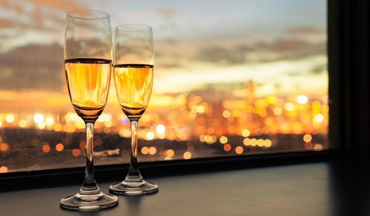 Шампанское может принести и пользу, и вред зависимо от дозы выпитого напитка.