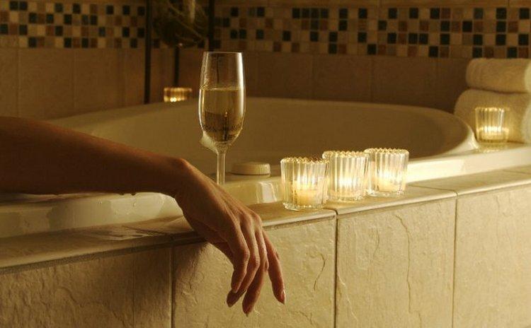 Если говорить о пользе и вреде шампанского для женщин, то не стоит забывать, что этот напиток можно использовать еще и в косметических целях.