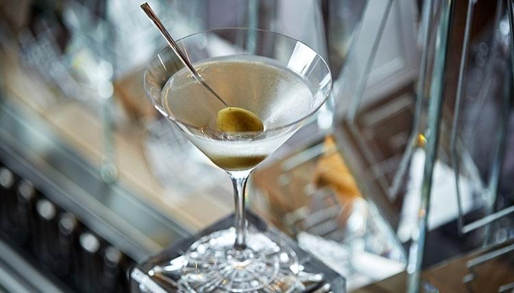 Вопрос о том, может ли испортиться мартини, зависит от условий хранения алкоголя.