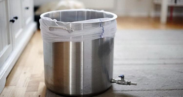 Отфильтровываем сусло через марлевый фильтр