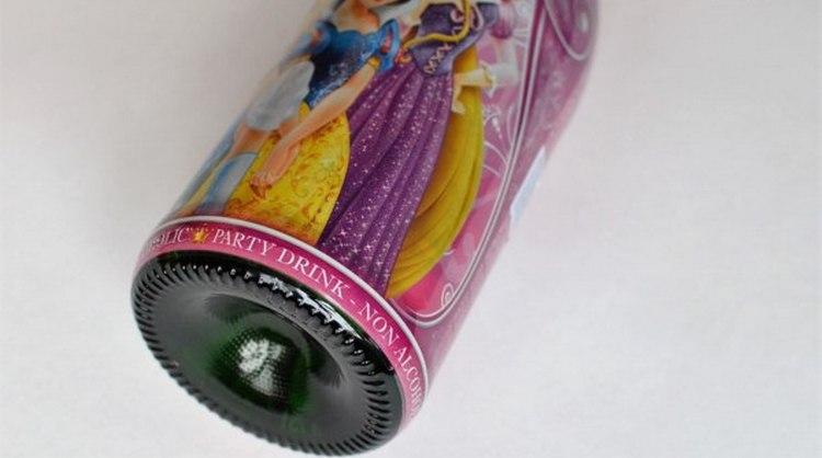 Этикетку на детское шампанское производители обычно делают красочной, тематически привязывая ее к различным персонажам.