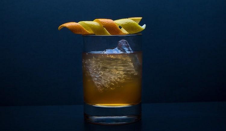 В состав коктейля Олд фэшн обязательно входит биттер Ангостура.