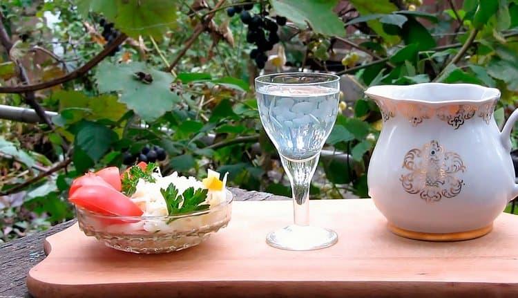 Самогон из сухофруктов порадует приятным ароматом.