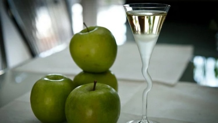 Самогон из концентрированного яблочного сока можно приготовить легко и просто.