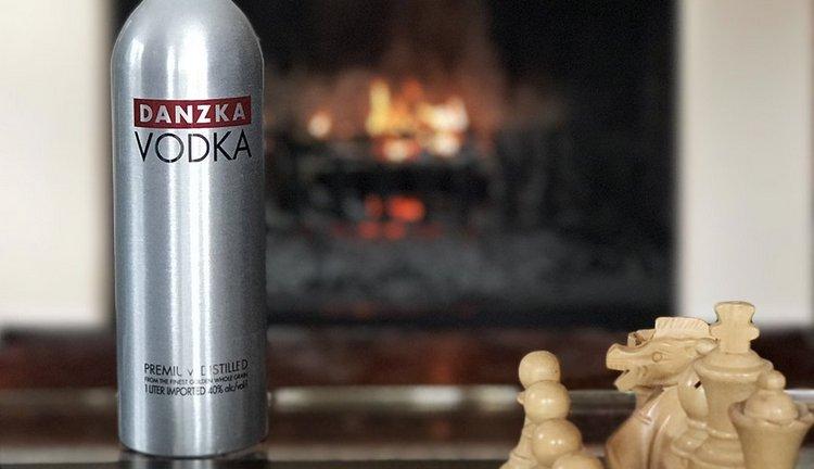 Водка Данска всегда поставляется в алюминиевой бутылке.
