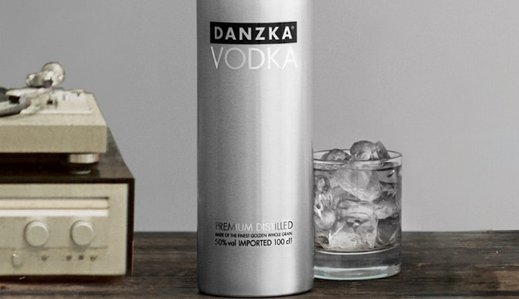 Водка в железной бутылке danzka это отличный подарок мужчине.