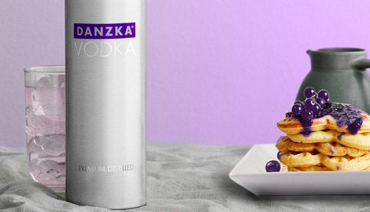 Популярностью пользуется водка danzka currant.