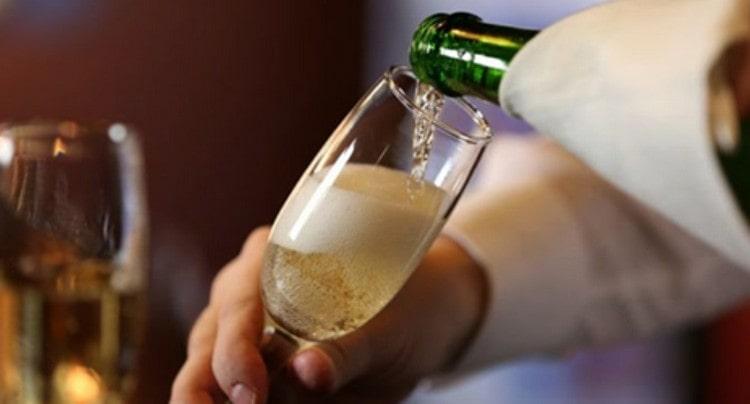 Возможно, наибольшей популярностью пользуются фужеры под шампанское из богемского стекла.