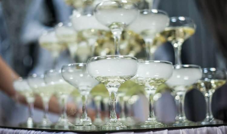 Пирамида из бокалов для шампанского лучше всего получается как раз из типа шале.