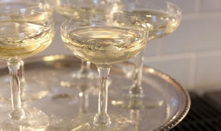 Объем бокала для шампанского может быть разным.