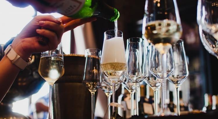 А вот, наверное, самая популярная в последнее время форма бокалов под шампанское.