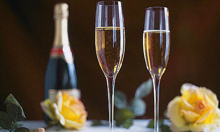 Если хотите приобрести красивые бокалы для шампанского, лучше делать это в фирменных магазинах.