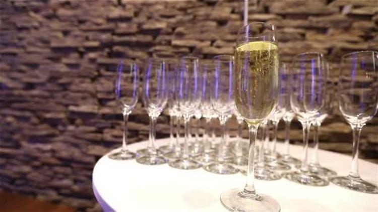 Не помешает также знать, как правильно держать бокал с шампанским.