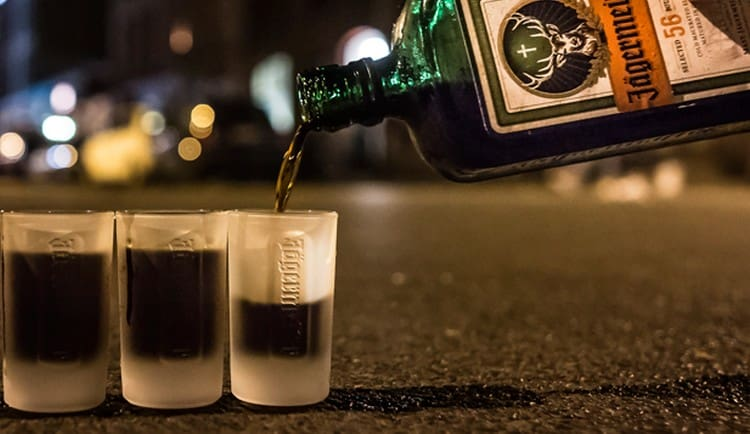 Узнайте все о том, как правильно пить Егермейстер.