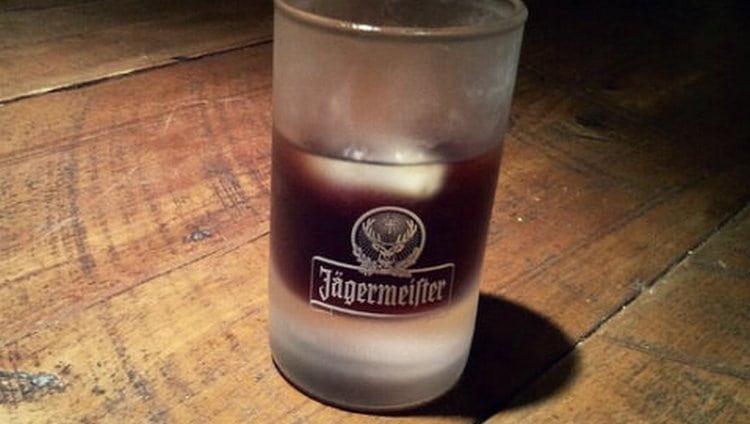 Лед это самое простое, с чем можно пить Егермейстер в домашних условиях.