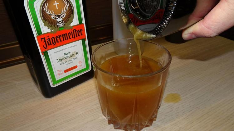 Если вас интересует с каким соком пить Егермейстер, т самое простое решение, это апельсиновый.