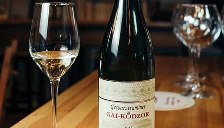 Есть в линейке производителя и белое вино гевюрцтраминер.