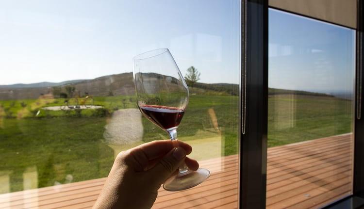 В линейке представлены и белые, и розовые. и красные вина.