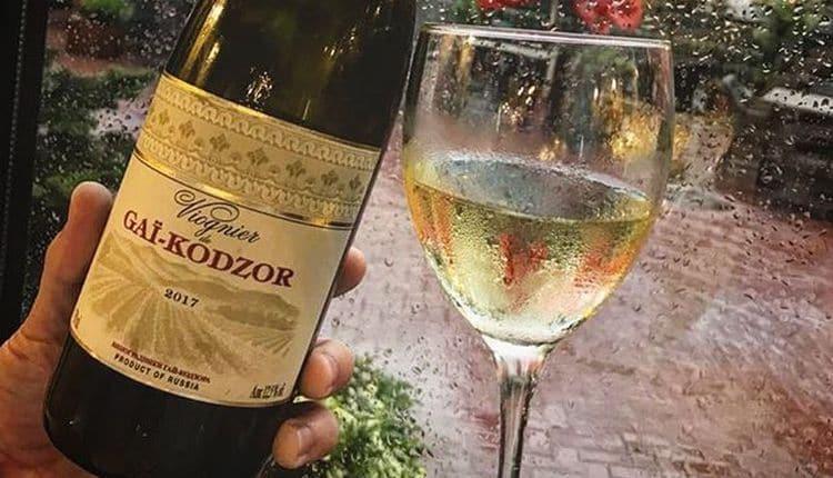 Подают напиток в традиционных винных бокалах.